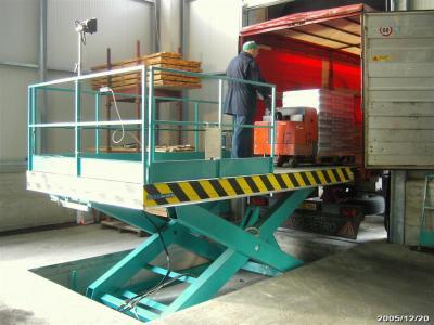heftruck heftafel t.b.v.laden b.v. vrachtauto's © Sluysmachines.nl