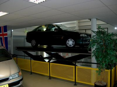 autolift in de showroom